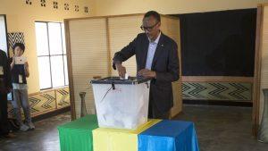 Paul Kagame bei der Stimmabgabe. © Jerome Delay/AP/dpa